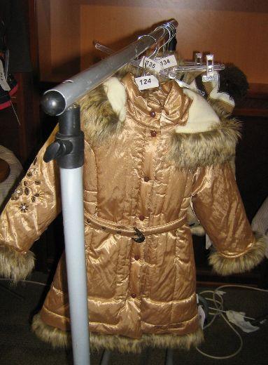 Пристрою зимнее пальто бежевое.Вой-чик р. 92, боьшемерит на 98 хорошо.