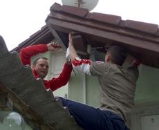 Mile i Mihael postavljaju antenu