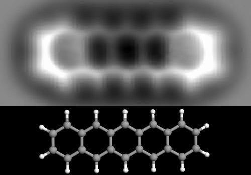 fotografija veza između atoma molekule pentacena