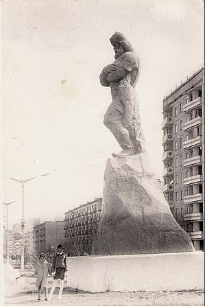 Картинки по запросу памятник ермаку в городе ермак выбросили на свалку